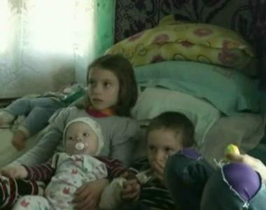 Drama pe care o traieste zilnic o familie din Dolj. Cei patru micuti si mama lor dorm...