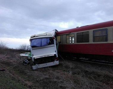 Un autocar in care se aflau sase persoane a fost lovit de un tren, in judetul Timis