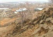 Parca ar fi blestemati localnicii din satul Izvoarele, judetul Galati. Dupa cutremure si inundatii, acum un deal a luat-o la vale