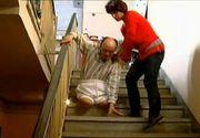 """Povestea barbatului tintuit intr-un scaun cu rotile care traieste impreuna cu sotia intr-o scara de bloc: """"Poate nu ne lasa Dumnezeu"""""""