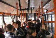 Revoltator. Mai multe eleve din Ploiesti, pipaite in autobuz de un grup de romi. Nimeni nu a intervenit sa le apere