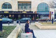 """Misterul fetei legate la ochi pe o banca in centrul orasului Alba Iulia. """"Am simtit tristete cand m-am apropiat de ea"""". Joaca """"Balena albastra""""?"""