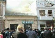Incendiu in centrul orasului Targu Jiu. O casa a fost mistuita de flacari. Autoritatile au evacuat de urgenta intreaga zona