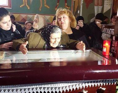 Mama Ilenei Ciuculete plange in hohote si vorbeste cu fiica ei aflata in sicriu!...
