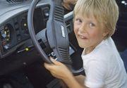 Un copil de 12 ani din Simeria a furat o masina si a circulat cu ea prin oras impreuna cu alti trei baieti
