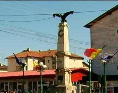 """Cel mai """"original"""" monument istoric din Romania: vulturul cu bec in cioc! A..."""