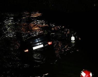Sase persoane ranite dupa ce au plonjat cu masina in raul Dambovita, la iesirea din...