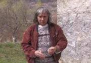 El este Virgil, romanul care bate cuie cu palma si sfarama pietre cu mainile. Are 59 de ani si o poveste de viata fabuloasa
