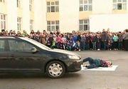 Accident langa o scoala! Copiii i-au acordat primul ajutor victimei si au privit cum ranitul este transportat pe targa si luat cu ambulanta!
