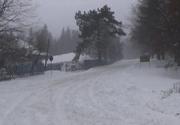 Drumul spre Semenic, inchis din cauza ninsorii si viscolului. Zapada masoara 20 de centimetri