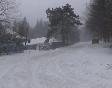 Drumul spre Semenic, inchis din cauza ninsorii si viscolului. Zapada masoara 20 de...