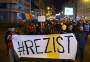 "Protest la sediul PSD, cu galeti rosii pe care scrie ""PSD, ia-ti mita inapoi!"" si ""Galeata, galetusa, vrem PSD pe tusa"""