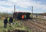 Autobasculanta, lovita de un tren in zona Jucu, in judetul Cluj. Soferul masinii a fost ranit