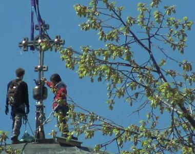 Au inceput pregatirile pentru Paste la bisericile din Bucuresti - O cruce uriasa a fost...