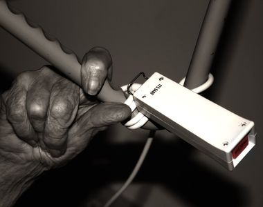 O batrana de 92 de ani a luat foc in timp ce pregatea masa de Paste!