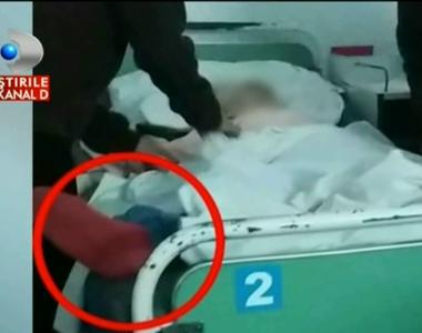 O bunica de 78 de ani, legata de maini si de picioare cu pijamale vechi, la Spitalul...