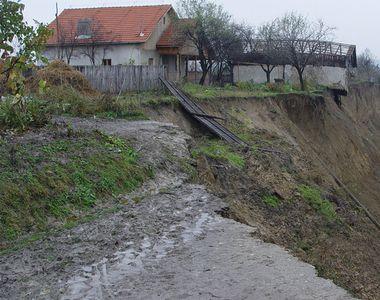 O noua alunecare de teren a aparut in satul Izvoarele, afectat deja de un fenomen...