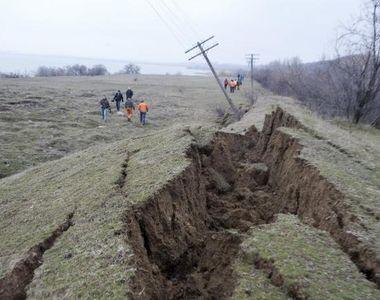 Alunecarea de teren din satul Izvoarele a mai avansat cu cel putin 30 de centimetri in...