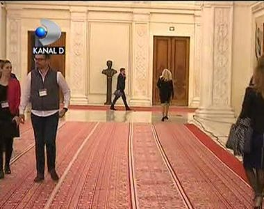 Parada modei in Parlament. Doamnele din Casa Poporului isi etaleaza zi de zi pantofii...