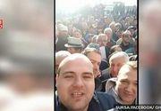 Peste 800 de oameni s-au imbulzit si aproape ca s-au luat la bataie in fata primariei din Alba Iulia - Oamenii s-au bulucit pentru a prinde un loc de parcare