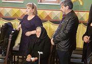 Cine este femeia care a stat tot timpul langa mama Ilenei Ciuculete la parastasul de 40 de zile! S-a comportat cu batrana de parca era parintele ei