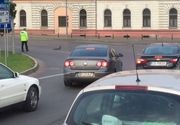 """Un politist din Oradea a oprit traficul pentru o """"coloana oficiala"""" formata dintr-o rata si bobocii ei"""