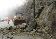 Atentie soferi! Cad pietre de pe versant pe Valea Oltului. Traficul in zona se desfasoara cu dificultate