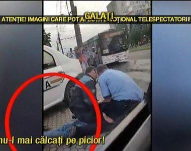Imagini halucinante in trafic! Doi politisti se chinuie sa aresteze un barbat, in timp...