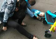 Imagini revoltatoare. Un bebelus se taraste pe trotuar, langa parintii beti crita