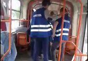 Scene socante in tramvaiul 11 din Bucuresti! Controlorii i-au dislocat umarul unui tanar pe care il prinsesera ca circula fara bilet! Calatorii au asistat neputinciosi la ce se intampla!