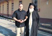 """Povestea impresionanta a preotului care l-a vizitat pe Kostas Passaris in puscarie! Are 85 de ani si este cunoscut ca duhovnicul detinutilor, el """"cumpara libertatea puscariasilor"""""""