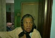 """Oamenii dintr-un bloc din Bucuresti sunt terorizati de o vecina. """"Cad viermii de la ea din casa. Ne mananca gandacii de ce e acolo"""" - Politistii au incremenit cand au vazut cum arata apartamentul"""