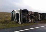 Valcea: Trafic rutier ingreunat pe DN7, circulatie feroviara blocata, din cauza unui tir rasturnat