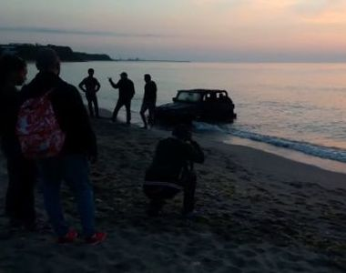 Sofer din Franta, amendat de catre politisti dupa ce a intrat cu masina pe plaja din...
