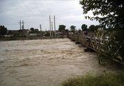Gospodarii din localitatea teleormaneana Vitanesti, curtea bisericii si parcul, inundate in urma precipitatiilor