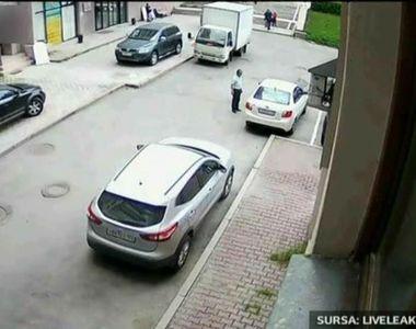 A vrut sa parcheze masina sau sa distruga parcarea cu totul? E cumplit ce a putut face...