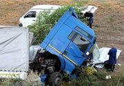 Suceava: Trafic feroviar si rutier restrictionat dupa ce un TIR s-a rasturnat pe calea ferata