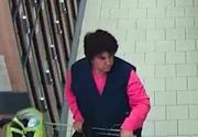 Femeie suspectata ca a furat sacosa unui client dintr-un supermarket din Pitesti, cautata de politisti