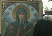 Miracol sau inselatorie? Mai multi enoriasi si preotul unei biserici din Targoviste sustin icoana Sfintei Parascheva plange cu lacrimi de mir