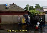 Ploile si vijeliile au facut prapad in mai multe localitati. Oamenii sunt disperati. Apele au inundat zeci de gospodarii si drumuri