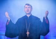 Noi dezvaluiri infioratoare despre preotul Pomohaci. A fost surprins in pat cu barbati, practica ritualuri de exorcizare si este tolerat de BOR pentru homosexualitatea sa