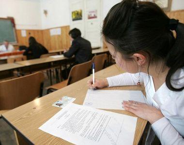 Peste 135.000 de candidati din toate promotiile participa la probele scrise ale...