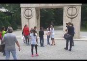 Excursie esuata pentru 50 de copii din Resita. Au ajuns la Poarta Sarutului, dar au facut imediat cale intoarsa