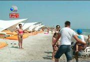 Ponei plimbati pe plaja din Mamaia, la peste 30 de grade, pentru cativa lei. Bietii cai stau in canicula, iar stapanii trag de ei sa faca bani