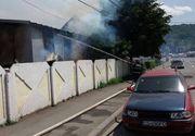 Incendiu puternic intr-o hala plina cu hartie si carton, in Resita. Interventia pompierilor, dificila din cauza ca spatiul de acces este ingust