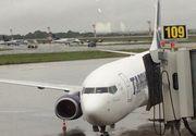 Zeci de zboruri intarziate pe Aeroportul Otopeni, dupa ce singura pista functionala a fost inundata