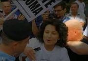 Aparitia misterioasa de la manifestatia anti-gay organizata la Cluj. Cine e omul care o imbranceste pe actrita care a venit in mijlocul manifestantilor? Nu este jandarm