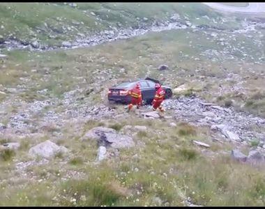 Mai multi turisti aflati pe Transfagarasan au ramas fara masina, dupa ce au coborat sa...