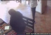 O batranica din Piatra Neamt, filmata cand a furat portofelul unei angajate dintr-un restaurant