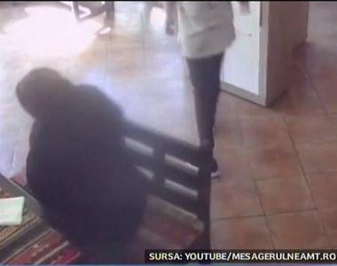 O batranica din Piatra Neamt, filmata cand a furat portofelul unei angajate dintr-un...